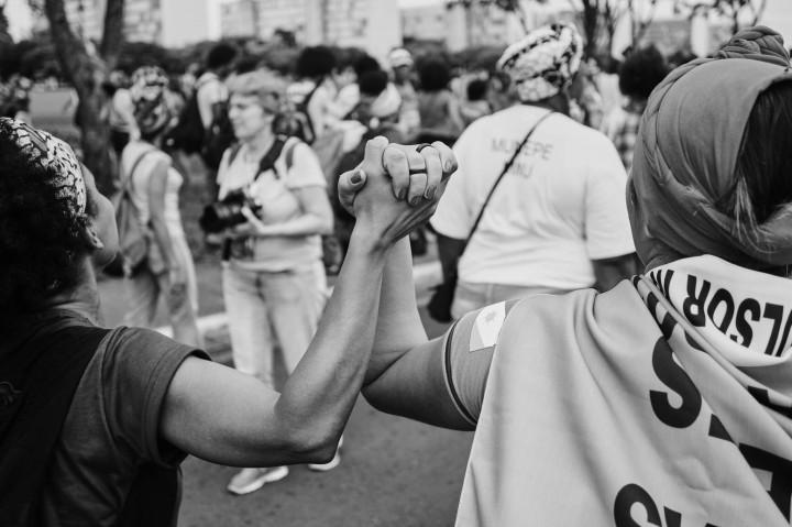 Mulheres Negras de diferentes gerações em marcha