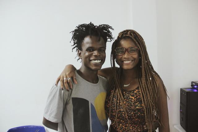 Os graduandos da Uerj, Alan Gonçalves e Suzan Stanley, aprovaram a significativa presença de pesquisadores negros no evento (Foto: Laerte Breno)