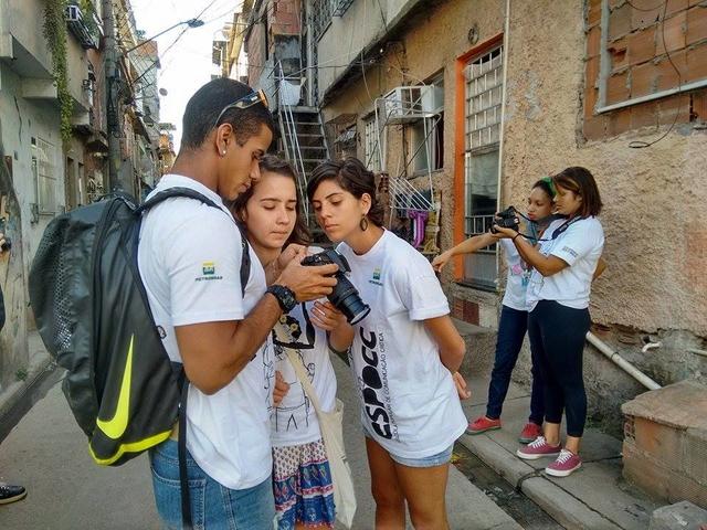 Turma da ESPOCC em aula de fotografia na Maré